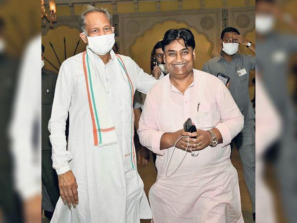 जयपुर. प्रदेश कांग्रेस कमेटी के अध्यक्ष गोविंद सिंह डोटासरा सीएम अशोक कहलोत के साथ। - Dainik Bhaskar