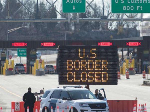 अमेरिका और कनाडा की सीमा पर मंगलवार को तैनात कस्टम अधिकारी। दोनों देशों के बीच लोग 21 जुलाई तक गैर जरूरी यात्रा नहीं कर सकेंगे।
