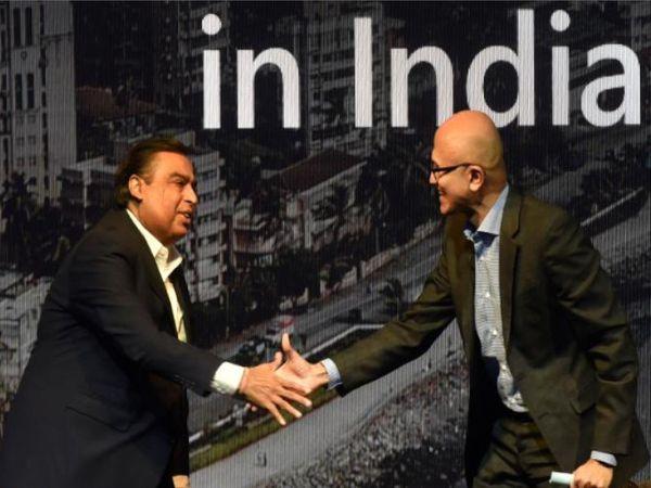 24 फरवरी 2020 को मुंबई में हुई माइक्रोसॉफ्ट फ्यूचर डिकोडिड समिट में माइक्रोसॉफ्ट के सीईओ सत्या नडेला से मुलाकात करते रिलायंस के चेयरमैन मुकेश अंबानी। - Money Bhaskar