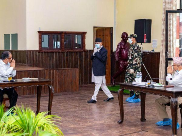 ये फोटो शनिवार की है। पार्टी सचिवालय की बैठक के दौरान प्रधानमंत्री केपी शर्मा ओली, पार्टी अध्यक्ष पुष्पा कमल दहल (लेफ्ट) और वरिष्ठ नेता माधव कुमार नेपाल (राइट)  एक-दूसरे का अभिवादन करते हुए। (फोटो- काठमांडू पोस्ट) - Dainik Bhaskar