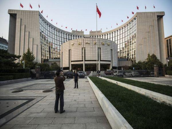 चीन में बड़े पैमाने पर हाल में बैंकों से पैसा निकालने के लिए लोगों की लाइन देखी गई। हालांकि इस पर रोक भी लगा दी गई थी - Dainik Bhaskar