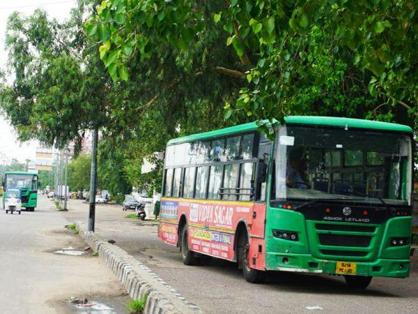 बसों में सोशल डिस्टेंसिंग की पालना के साथ मास्क पहनना भी अनिवार्य है। - Dainik Bhaskar