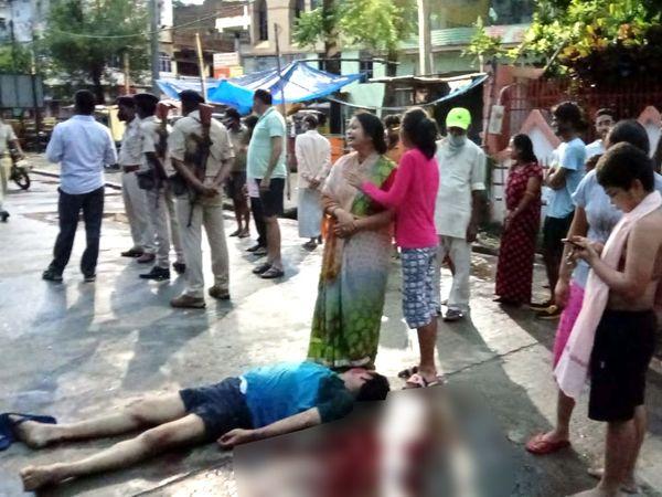 घटनास्थल पर पड़ा दूध दुकानदार का शव। - Dainik Bhaskar