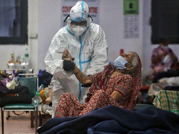 नई दिल्ली के सीडब्ल्यूजी कोविड केयर सेंटर में संक्रमण से ठीक हो चुके मरीजों को रखा गया है। दिल्ली में अब तक 1.27 लाख से ज्यादा संक्रमित मिल चुके हैं। - Dainik Bhaskar