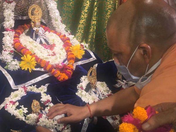 यूपी के सीएम योगी आदित्यनाथ शनिवार को अयोध्या पहुंचे थे। उन्हें जन्मभूमि पहुंचकर पूजा भी की।