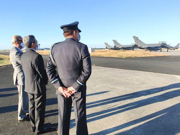 राफेल विमानों की रवानगी देखते भारतीय अधिकारी। यह विमान 9 हजार किलो का सामान ले जा सकता है।