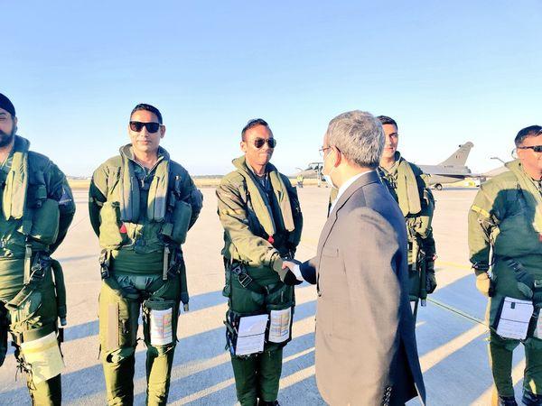 राफेल की रवानगी के समय भारतीय राजदूत जावेद अशरफ पायलटों से मिले।
