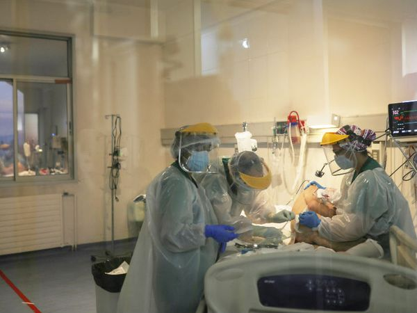 फोटो सैंटियागो के एक हॉस्पिटल की है। डॉक्टर्स एक कोरोना मरीज का इलाज कर रहे हैं। देश में अब तक महामारी से  18 हजार से ज्यादा लोगों की मौत हुई है। (फइल फोटो) - Dainik Bhaskar