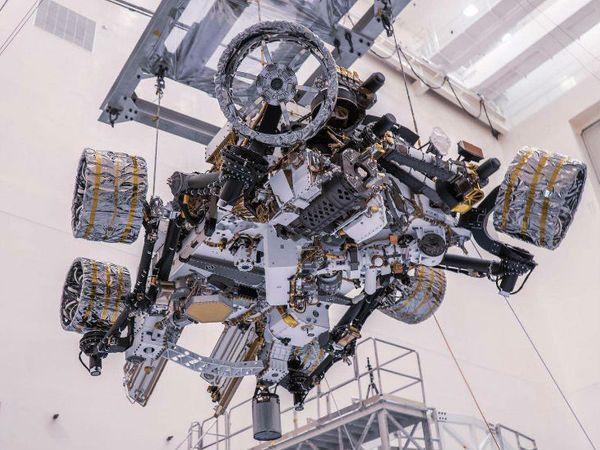 परसेवरेंस में 7 फीट की रोबोटिक आर्म, 19 कैमरे और एक ड्रिल मशीन भी है जो मंगल की सतह के फोटो, वीडियो और नमूने लेंगे।