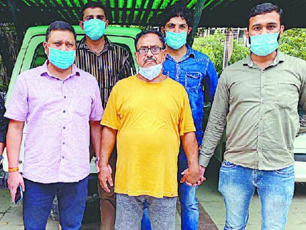 दिल्ली पुलिस की नारकोटिक्स सेल की गिरफ्त में सीरियल किलर डाॅ. देवेंद्र शर्मा (पीली टीशर्ट) में - Dainik Bhaskar