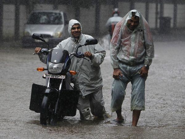 इस मौसम में बाढ़ और तेज आंधी के अलावा कई बातों से आपकी गाड़ी को नुकसान पहुंच सकता है - Dainik Bhaskar