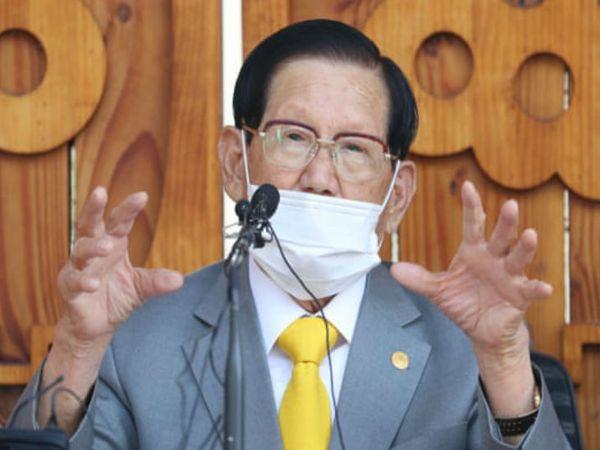 दक्षिण कोरिया के लीडर ली मैन-ही की यह फोटो इस साल मार्च की है जब उसने अपने चर्च में आए लोगों की सही जानकारी नहीं देने के लिए सरकार से माफी मांगी थी।