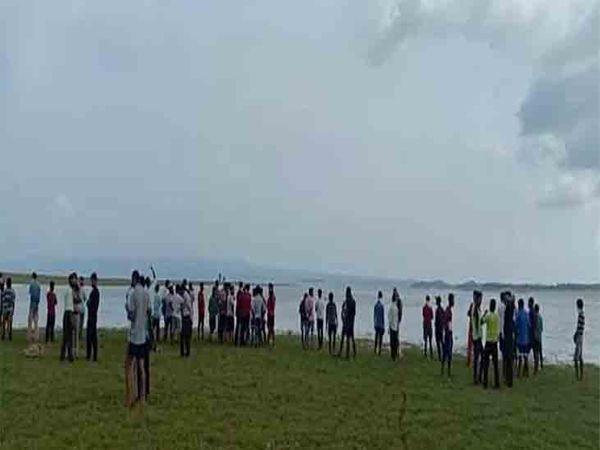 जवाली के पास बाथू की लड़ी में पौंग डैम में दो युवक डूब गए। एनडीआरएफ की ओर से युवकों को खोजा जा रहा है। जहां युवक डूबे वहां लोगों की भीड़ लग गई। - Dainik Bhaskar