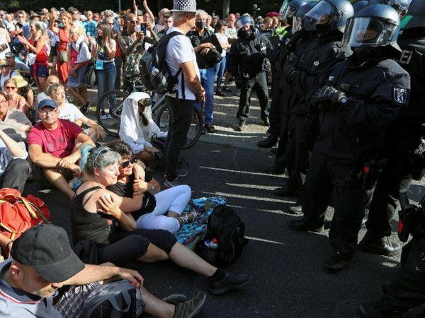 जर्मनी की राजधानी बर्लिन में शनिवार को करीब 17 हजार लोगों ने विरोध प्रदर्शन किया। लोगों का मानना है कि महामारी का अंत हो चुका है। प्रदर्शनकारियों ने इसे 'स्वतंत्रता का दिन' करार दिया। जर्मनी में अब तक 2 लाख 8 हजार 698 संक्रमित हो चुके हैं, जबकि 9141 लोगों की मौत हो चुकी है। - Dainik Bhaskar