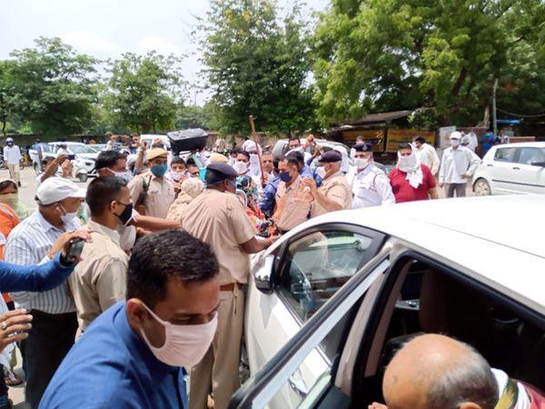 मंत्री मूलचंद शर्मा की गाड़ी के चारों तरफ नजर आ रहे पीटीआई शिक्षक