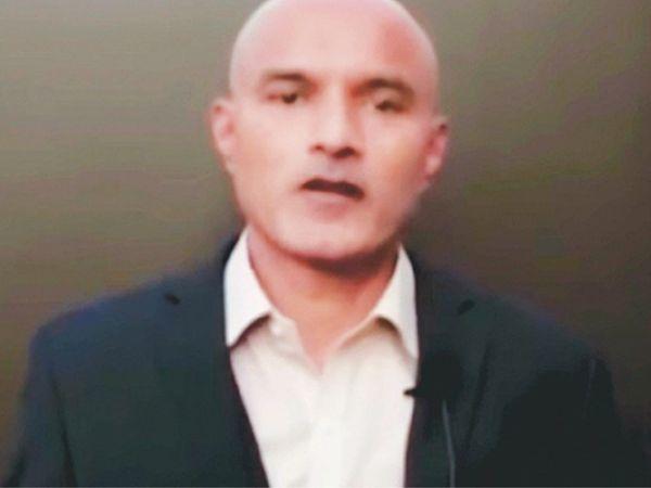 कुलभूषण जाधव मामले में इस्लामाबाद हाईकोर्ट सुनवाई कर रहा है। सोमवार को अटॉर्नी जनरल ने हाईकोर्ट को बताया कि सरकार जाधव का पूरा ध्यान रख रही है और उनकी सेहत अच्छी है। (फाइल) - Dainik Bhaskar