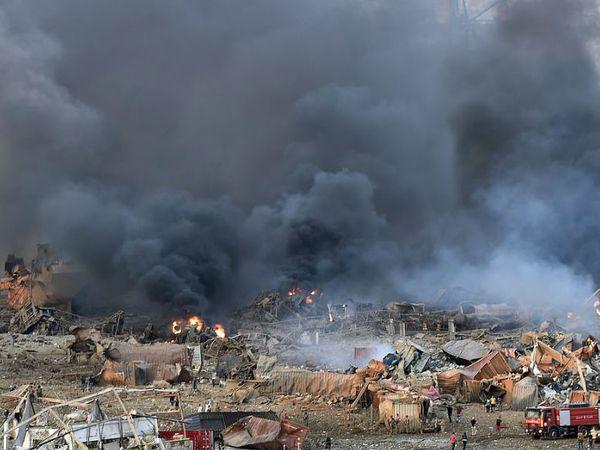 विस्फोट के बाद आसमान में आसपास धुएं का बादल छा गया।