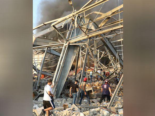 धमाके से आसपास के घरों की खिड़कियां टूट गईं और एक घर की छत भी गिर गई।
