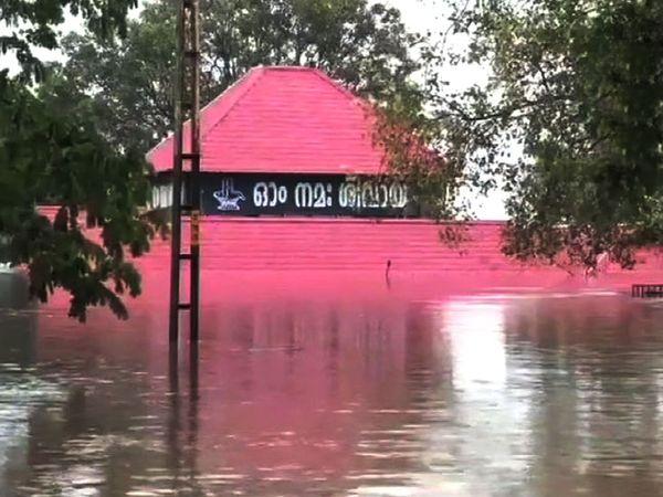 बाढ़ के पानी की वजह से अलुवा शिव मंदिर डूब गया।