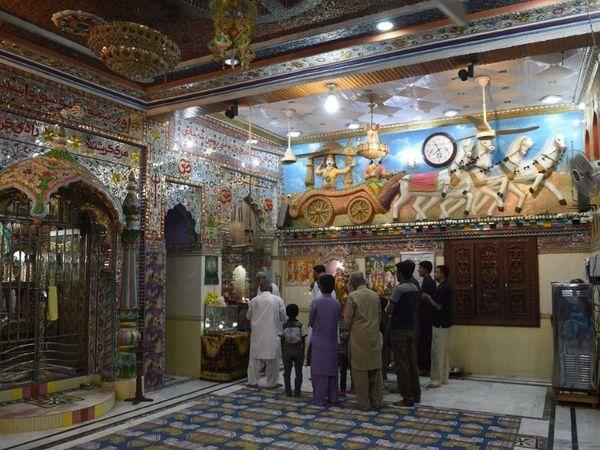 2018 में मिठी स्थित श्री कृष्ण मंदिर में हिंदू। (रिजवान तबस्सुम/ एजेंसी फ्रांस-प्रेस)