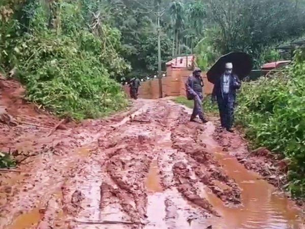वायनाड के सुगंदागिरी में भारी बारिश की वजह जनजीवन अस्त-व्यस्त।