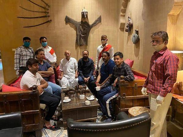 7 अगस्त को यह फोटो जैसलमेर के होटल सूर्यगढ़ का है, जहां बसपा के 6 विधायकों को जैसलमेर जिला जज ने हाईकोर्ट के नोटिसों की तामील करवाई थी। - Dainik Bhaskar