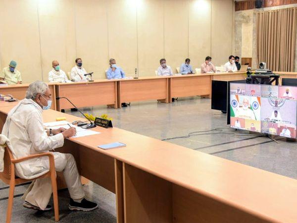 प्रधानमंत्री नरेंद्र मोदी को कोरोना संक्रमण की रोकथाम के लिए बिहार सरकार द्वारा किए जा रहे प्रयास की जानकारी देते नीतीश कुमार। - Dainik Bhaskar