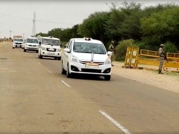 मुख्यमंत्री का काफिला एयरपोर्ट के लिए जाता हुआ। गहलोत जैसलमेर से जोधपुर गए।