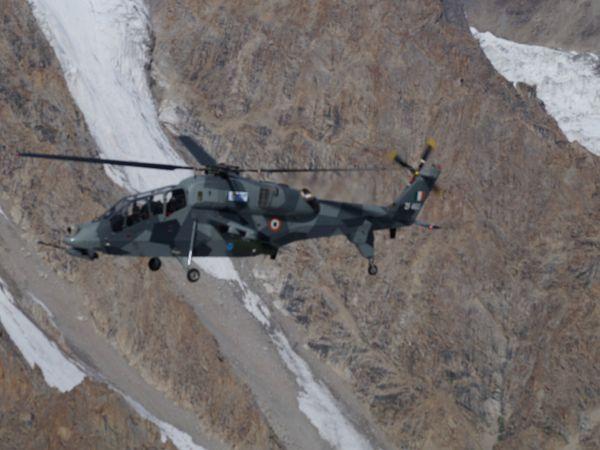 लद्दाख में तैनात देश में बने इस लाइट कॉन्बैट हेलिकॉप्टर का फोटो इसे बनाने वाली कंपनी एचएएल ने जारी किया है। - Dainik Bhaskar