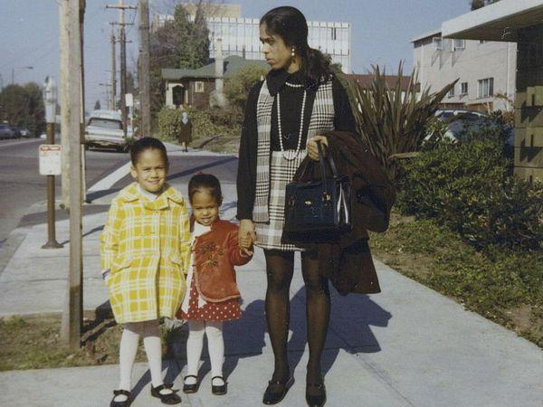 1970 में बर्कले की यह फोटो कमला हैरिस (पीली ड्रेस में) के बचपन की है। इसमें उनके बगल में बहन माया और मां श्यामला दिख रही हैं। (सोर्स- कमला हैरिस कैंपेन)