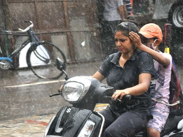 अम्बाला में भारी बारिश हुई, जिस वजह से जगह-जगह जलभराव की स्थिति पैदा हो गई है। बारिश में भीगते हुए स्कूटी चालक। - Dainik Bhaskar