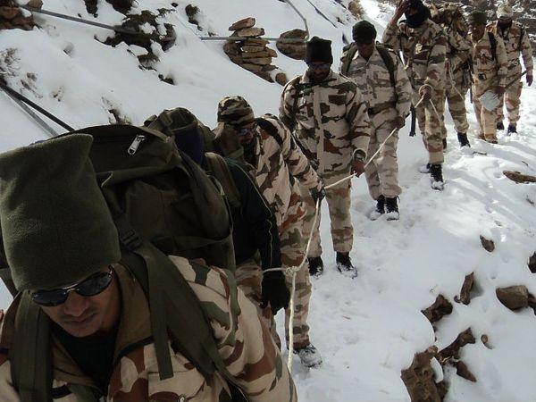 लद्दाख के अलग-अलग इलाकों में चीन का मुकाबला करनेवाले आईटीबीपी के 21 अफसर और जवानों को स्वतंत्रता दिवस के ठीक एक दिन पहले आईटीबीपी के डीजी सुरजीत सिंह देसवाल ने गैलेंट्री मेडल देने की घोषणा की है। - Dainik Bhaskar