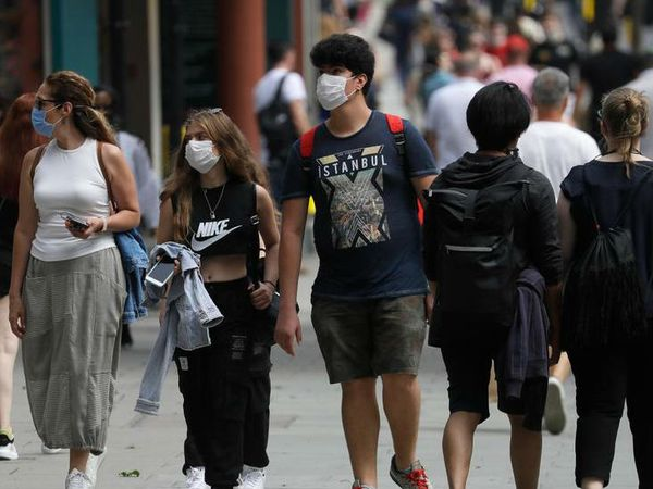 ब्रिटेन की राजधानी लंदन स्थित ऑक्सफोर्ड स्ट्रीट में गुरुवार को मास्क लगाकर जाते लोग। यहां पर 3 लाख से ज्यादा संक्रमित मिले हैं।