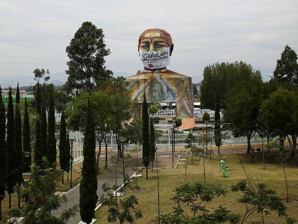 मैक्सिको सिटी के बेनिटो जुआरेज में एक विशाल प्रतिमा को मास्क पहनाया गया है। - Dainik Bhaskar