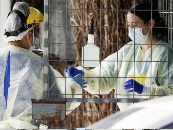 न्यूजीलैंड के क्राइस्टचर्च इलाके स्थित एक टेस्टिंग सेंटर पर गुरुवार को अपने काम में जुटे स्वास्थ्यकर्मी। यहां ऑकलैंड और कुछ दूसरे इलाके में 102 दिन बाद संक्रमण के नए मामले सामने आए हैं।