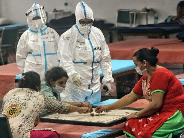 फोटो दिल्ली के सीडब्ल्यूजी कोविड केयर सेंटर की है। यहां स्वास्थ्यकर्मियों की निगरानी में कैरम खेलतीं संक्रमित महिलाएं। दिल्ली में अब तक 1,49,460 लोग संक्रमित पाए जा चुके हैं। - Dainik Bhaskar