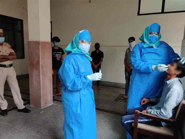 कोरोना जांच के लिए सैंपल लेते हुए डॉक्टरों की टीम। - Dainik Bhaskar
