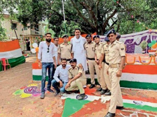 बिहार पुलिस मेंस एसोसिएशन के जिलाध्यक्ष मुकेश (कुर्ता-पायजामा में), अशोक चक्र पर पैर रखे नागेंद्र।