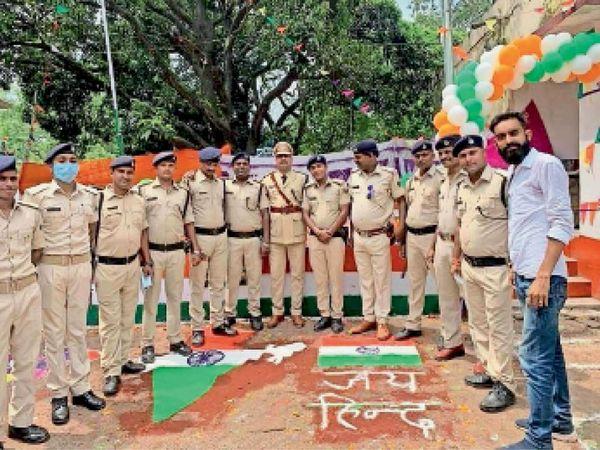 फोटो में पुलिस कर्मियों के बीच मुफस्सिल थानाध्यक्ष विक्रम आचार्या हैं। दाएं से जींस शर्ट में एनजीओ कर्मी, बगल में सेक्टर मोबाइल नवनीत कुमार, जमादार एस मांझी, थाना गार्ड, जमादार कुंदन कुमार, सेक्टर मोबाइल निशांत। बाएं से एक-दो तीन थाना गार्ड, चौथे नंबर पर सेक्टर मोबाइल आनंद कुमार, नागेंद्र कुमार व ललित कुमार हैं। (यह तस्वीर इसलिए प्रकाशित कर रहे हैं, ताकि इन्हें पहचान कर कार्रवाई की जा सके)। - Dainik Bhaskar