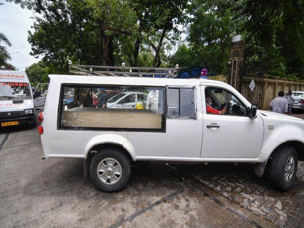 विशेष वाहन में पंडितजी का पार्थिव शरीर एयरपोर्ट से वर्सोवा स्थित घर तक लाया गया था।