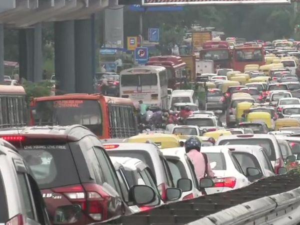 गुरुवार की फोटो दिल्ली के सरिता विहार इलाके की है। बुधवार को दिल्ली-गुड़गांव हाइवे पर भी 10 किमी लंबा जाम लग गया था। - Dainik Bhaskar