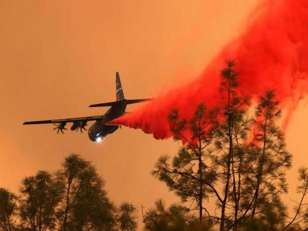 आग बुझाने में जुटा फायर डिपार्टमेंट का प्लेन। बुधवार को डिपार्टमेंट का एक हेलिकॉप्टर आग बुझाते समय क्रैश हो गया था।