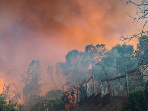 फायर फाइटर्स लोगों के घर जाकर उन्हें सुरक्षित जगहों पर पहुंचाने का ऑपरेशन चला रहे हैं। कैलिफोर्निया के आसपास के इलाके में धुआं फैल गया है।