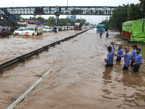 बुधवार की फोटो दिल्ली-गुड़गांव एक्सप्रेस-वे पर नरसिंगपुर के पास की है।