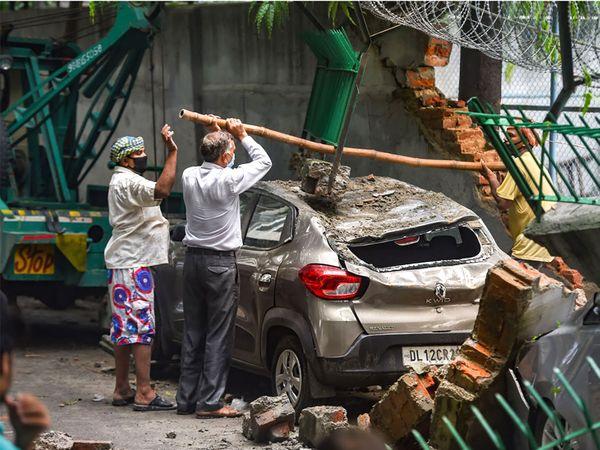 बुधवार की फोटो दिल्ली के साकेत नगर की है, जहां स्कूल की दीवार गिर गई।