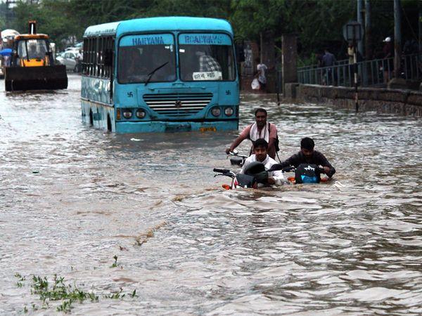 बुधवार की फोटो दिल्ली-गुड़गांव एक्सप्रेस-वे की है।