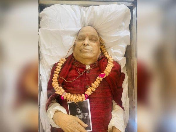 पद्म विभूषण पंडित जसराज के साथ उनके गुरु की तस्वीर को भी रखा गया है।