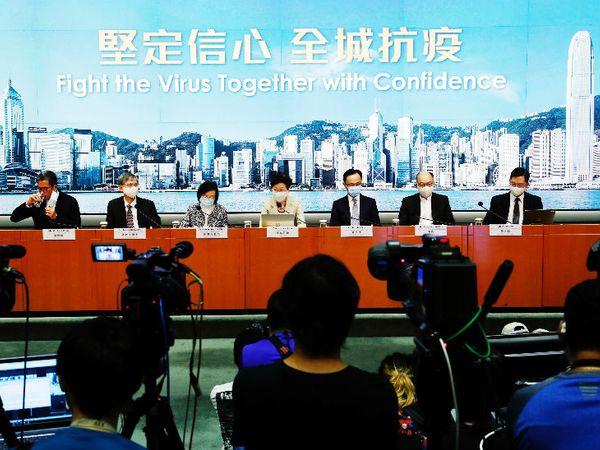 हॉन्गकॉन्ग की मुख्य कार्यकारी अधिकारी कैरी लैम कोरोनावायरस को लेकर प्रेस कॉन्फ्रेंस करती हुईं। उन्होंने कहा कि चीन की मदद से देश में मास टेस्टिंग की जाएगी। - Dainik Bhaskar