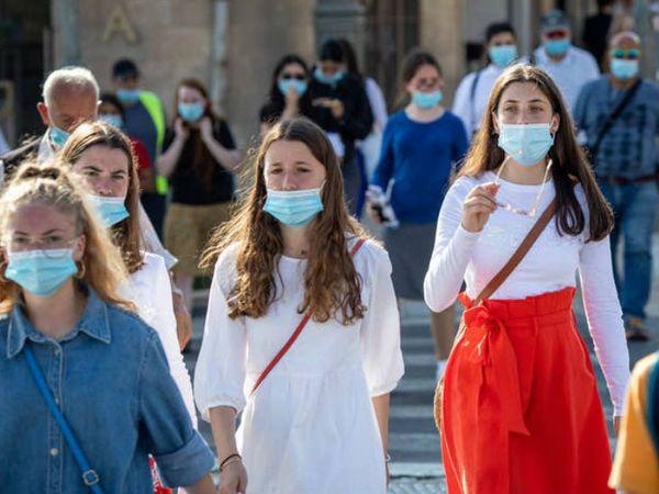 इजराइल की राजधानी येरुशलम की एक सड़क पर मास्क लगाकर जाती महिलाएं। सरकार ने लोगों से मास्क लगाकर बाहर निकलने की अपील की है।