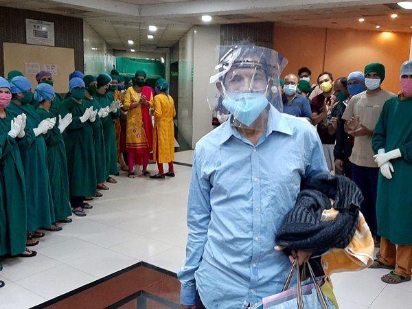 ठाणे के कौशल्या हॉस्पिटल से ठीक होकर डिस्चार्ज होते मरीज के लिए तालियां बजाते डॉक्टर्स और स्वास्थ्यकर्मी। हॉस्पिटल में अब तक 1000 मरीज ठीक हो चुके हैं। - Dainik Bhaskar